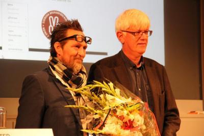 Folkhälsomyndighetens generaldirektör Johan Carlson tar emot Brukarvänspriset 2015. (Klicka för större bild)